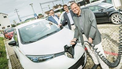 Kundenbetreuer Rolf Gehrig von Mobility, der Gachnanger Gemeindepräsident Roger Jung und Werner Fritschi, stellvertretender Geschäftsführer von Thurbo, am Standort des neuen Elektroautos am Bahnhof Islikon. (Bild:  Andrea Stalder)