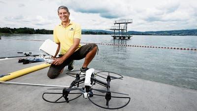 Badmeister Hesham Sami zeigt die rund 3 Kilogramm schwere Drohne, an der die «Badenudel» angebracht ist. (Bild: Stefan Kaiser, Hünenberg, 13. August 2019)