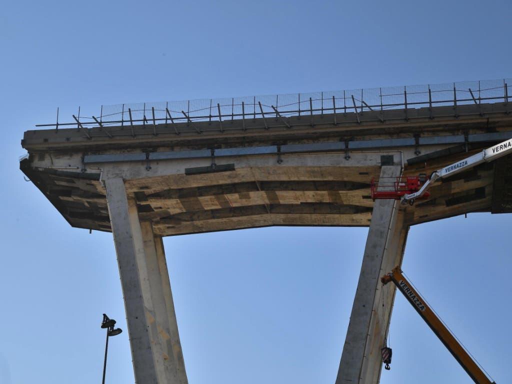 Inzwischen abgerissener Überrest der am 14. August 2018 eingestürzten Morandi-Brücke in Genua. Am Mittwoch gedachte die Stadt der Todesopfer des Brückeneinsturzes. (Bild: KEYSTONE/EPA ANSA/LUCA ZENNARO)