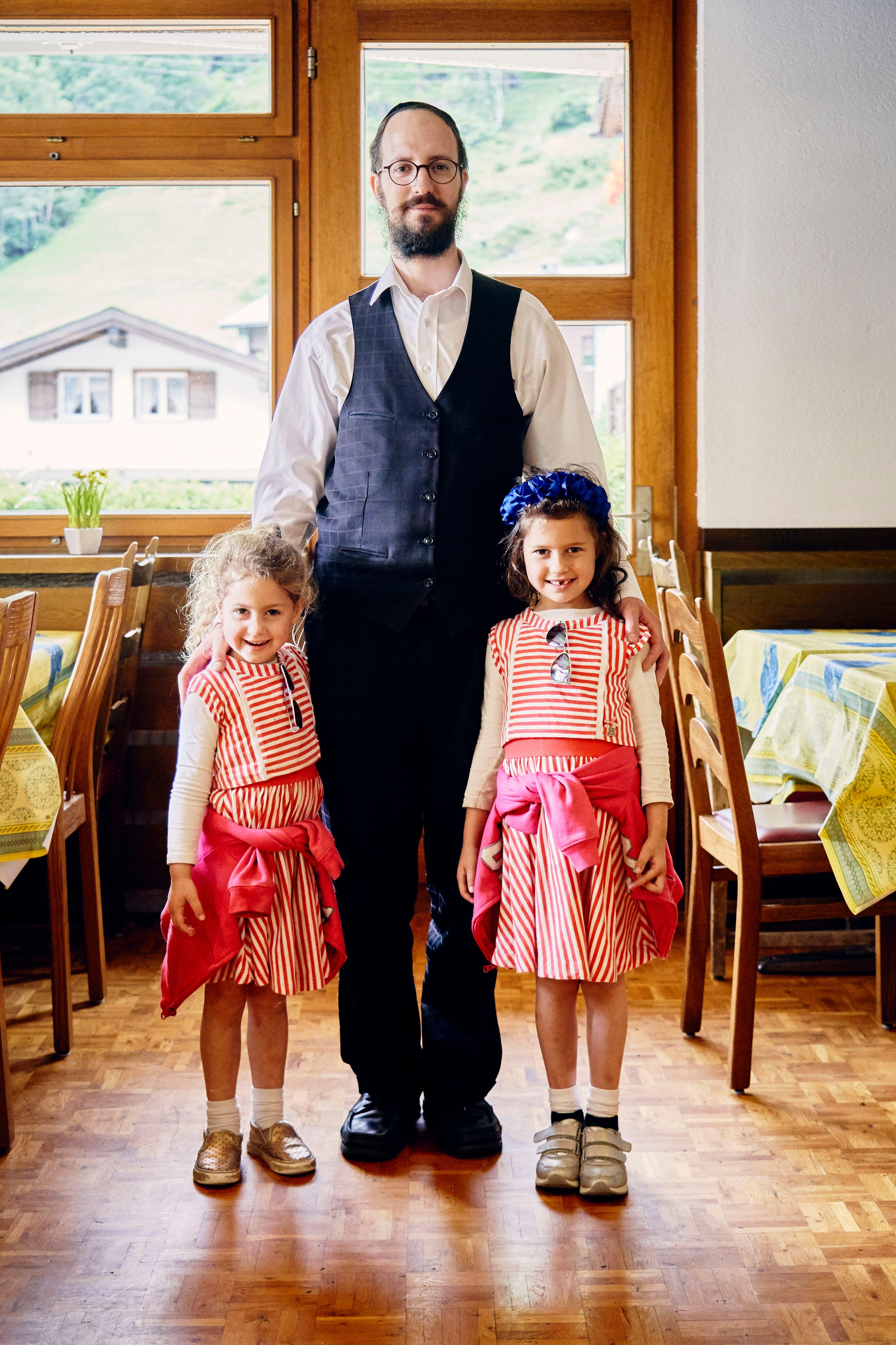 Die jüdische Familie aus Manchester hat gleich ein ganzes Hotel in Saas-Grund gemietet. (Bild: Colin Frei)