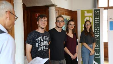 Niklaus Akermann von der HIF gratuliert Dario Colucci, Jan Schwertfeger, Nicole Helfenberger und Desirée Vara (von links). (Bild: Tobias Söldi)