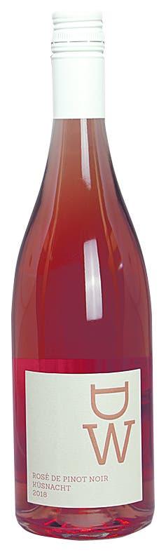 Weingut Diederik – Rosé de Pinot Noir Küsnacht 2018 AOC Zürichsee, Pinot Noir, 13,9 Vol.-%. 17.60 Fr. Die Pinot-Noir-Trauben für diesen Rosé gedeihen bei Küsnacht ideal an einer Südwestlage über dem Zürichsee. Der Wein von Michel und Patricia Diederik ist unverschämt duftig und mit klarer Fruchtaromatik – hier treffen Rosenblätter auf Erdbeerjoghurt und eine feine Würze. Im Gaumen mit voller Frucht, spürbarem Zuckerschwänzchen, mittlerer Säure und einem ziemlich langen, herb-frischen Abgang. Ein Volltreffer für jede Sommerparty. Dorthin muss man ihn aber als Magnumformat oder grösser mitbringen – die normalen Flaschen sind bereits vergriffen. www.diederik.ch Bild: Joël Gernet