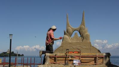 Ile Karlis aus Riga, Lettland, formt an seiner Sandskulptur auf der Arionwiese. (Bild: Sheila Eggmann)