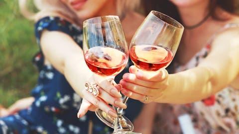 Je heisser der Sommer, desto mehr Rosé wird getrunken. Doch der frischfruchtige Wein passt auch zu Fondue. (Bild: shutterstock)