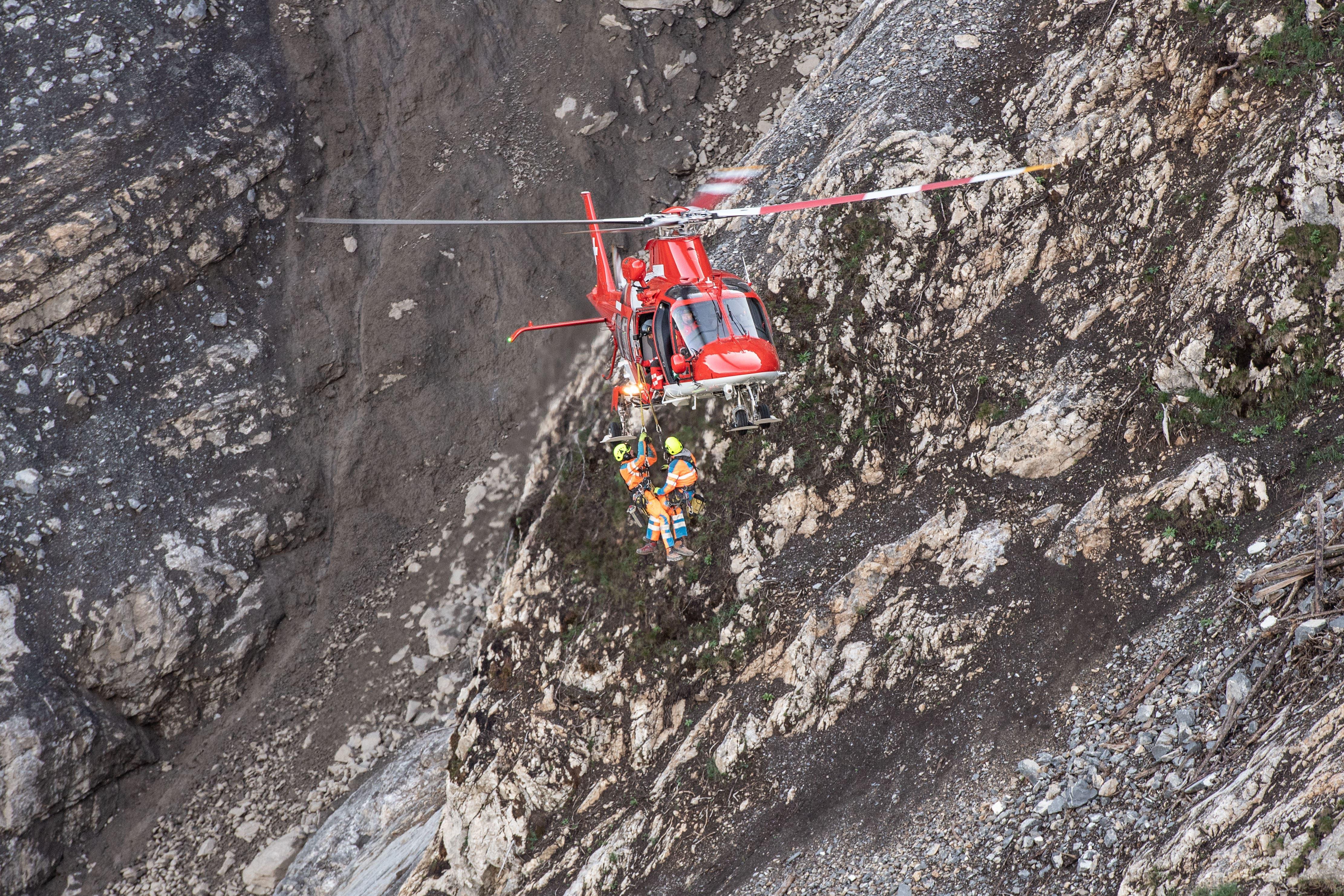 Die Bohrungen an den Felsblöcken müssen vom Helikopter aus am hängenden Seil vorgenommen werden. (Bild: Valentin Luthiger)