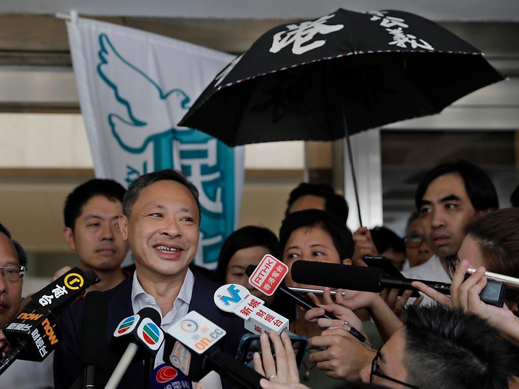 Benny Tai (Mitte), einer der Anführer der Regenschirm-Proteste von 2014, ist vorzeitig aus der Haft entlassen worden. (Bild: KEYSTONE/AP/VINCENT YU)