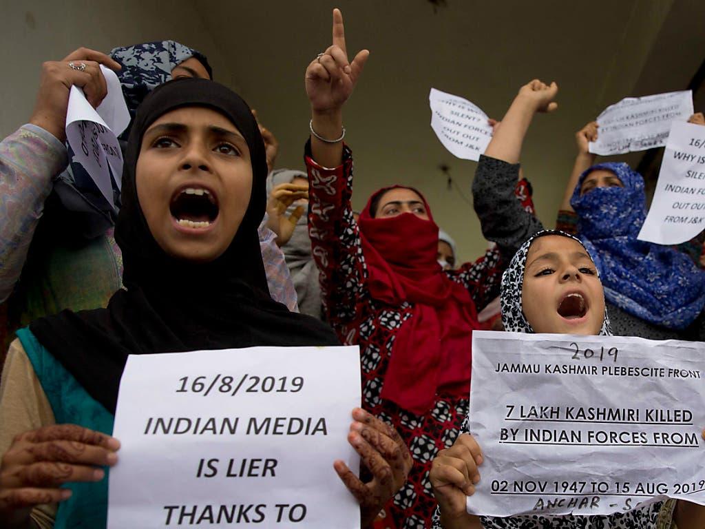 Junge Musliminnen demonstrieren in Srinagar. (Bild: KEYSTONE/AP/DAR YASIN)