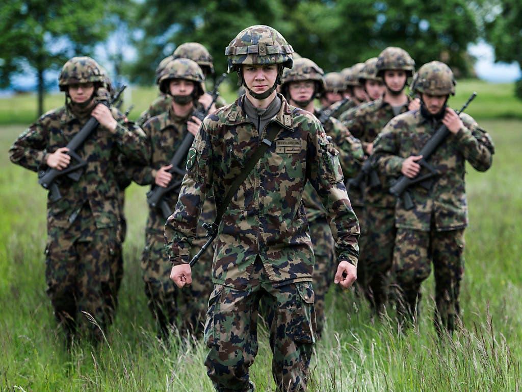 In der Armee dienen können sollen auch Transmenschen. Der scheidende Armeechef Philippe Rebord will das Heer den gesellschaftlichen Änderungen anpassen. Auch einer Dienstpflicht für Frauen wäre er nicht abgeneigt. (Bild: KEYSTONE/CHRISTIAN BEUTLER)