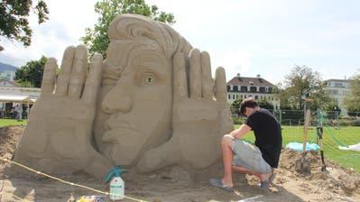 Eine Künstlerin bewässert ihre Skulptur «Erinnerungen an den letzten 100% organischen Menschen». (Bild: Sheila Eggmann)
