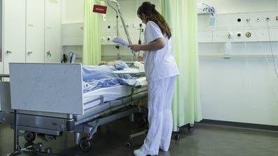 Die Zeit, die Spitalangestellte zum Umkleiden brauchen, soll bezahlt werden. Das fordert der VPOD Ostschweiz. (Bild: Gaetan Bally/Keystone)