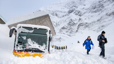 Das Bildsujet ging um die Welt: Die Lawine wuchtet ein Postauto zur Seite. Dessen Fahrer wird verschüttet. (Bild: Urs Bucher)