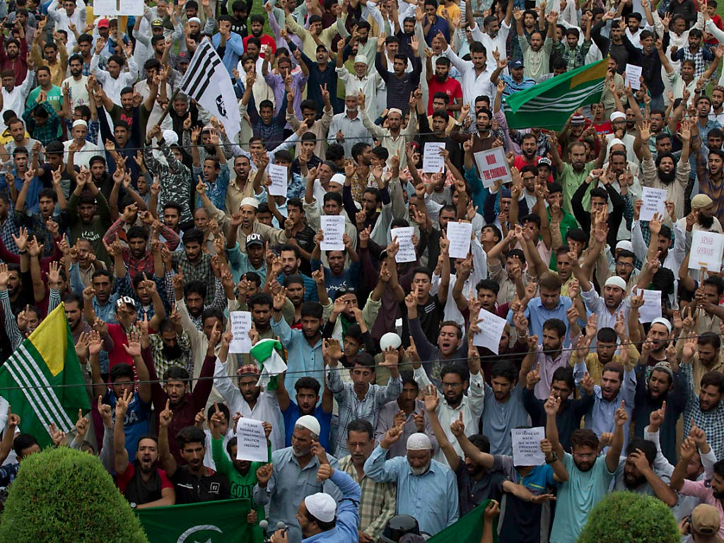 Muslime protestieren nach dem Freitagsgebet in Srinagar. (Bild: KEYSTONE/AP/DAR YASIN)