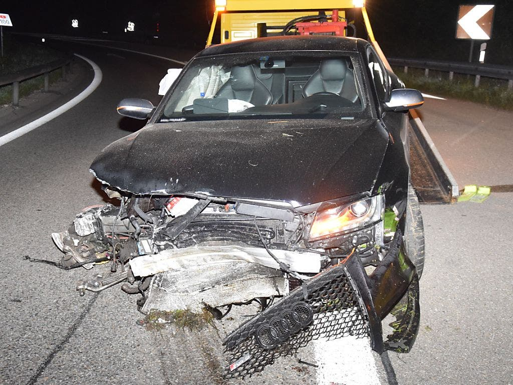 Eine unbekannte Person hat in der Nacht auf Samstag in Deitingen SO dieses Auto zu Schrott gefahren und sich aus dem Staub gemacht. (Bild: Polizei Kanton Solothurn)