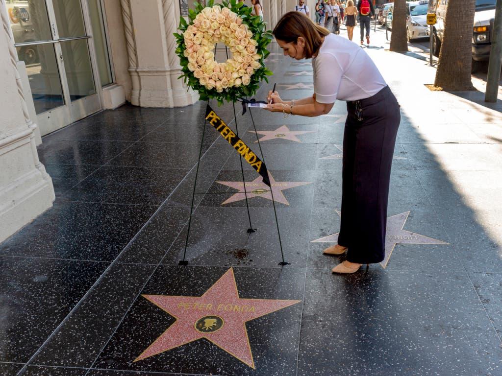 Auf dem «Hollywood Walk of Fame» in Los Angeles bei der Sternenplakette von Peter Fonda nach der Todesnachricht Blumen aufgestellt. (Bild: KEYSTONE/AP/DAMIAN DOVARGANES)