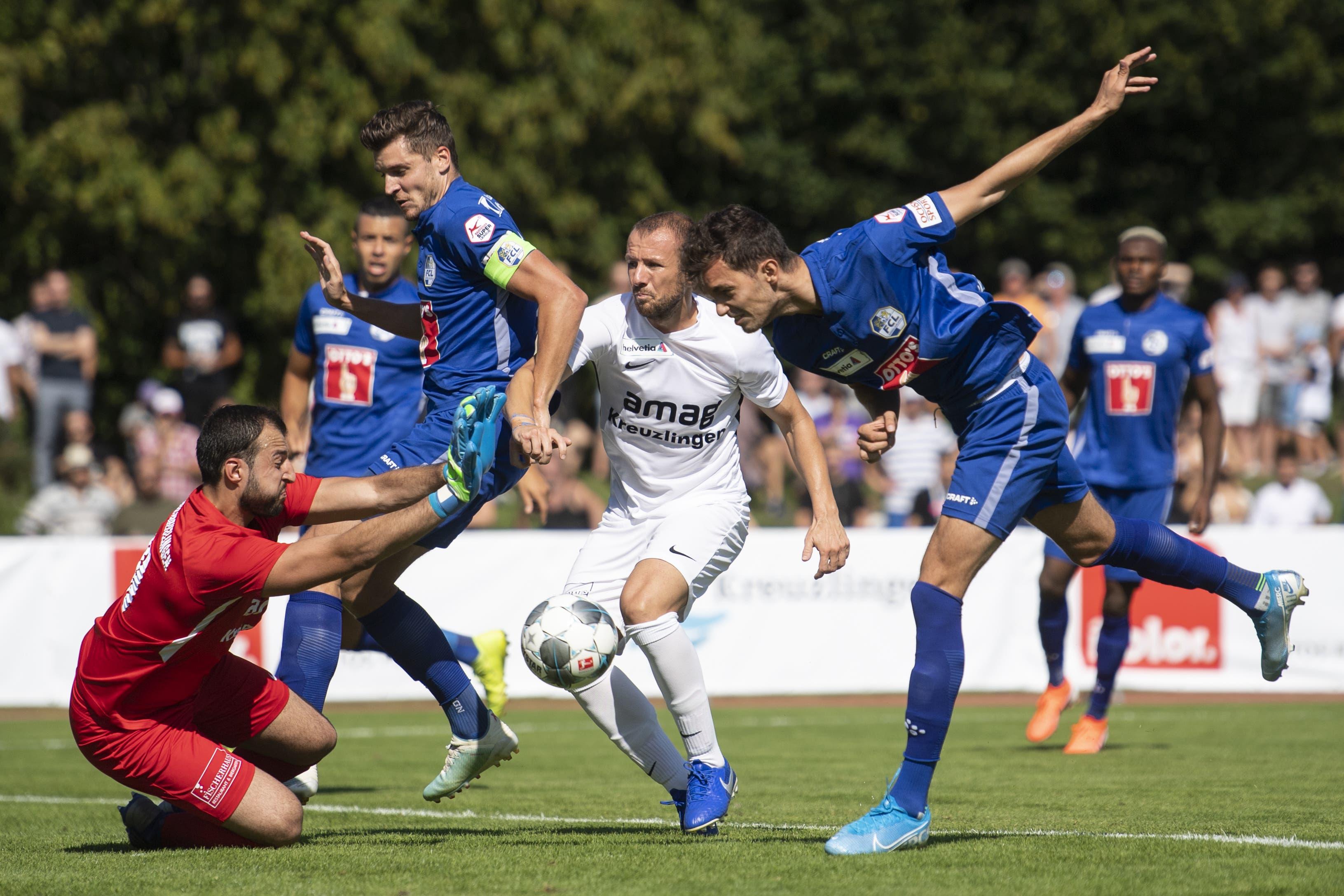 Ein gewohntes Bild: Der Kreuzlinger Bruno Donnici wehrt sich gegen die FCL-Angreifer. (Bild: Ennio Leanza/Keystone, Kreuzlingen, 18. August 2019)