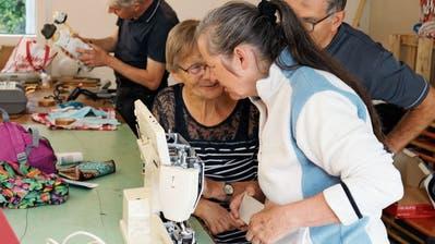 Viele Frauen und Männer brachten ihre «Schätze» vorbei, um sie reparieren zu lassen. Dabei entstanden zwischen den Hilfesuchenden und den Helfenden manch interessante Gespräche. (Bilder: Christof Lampart)
