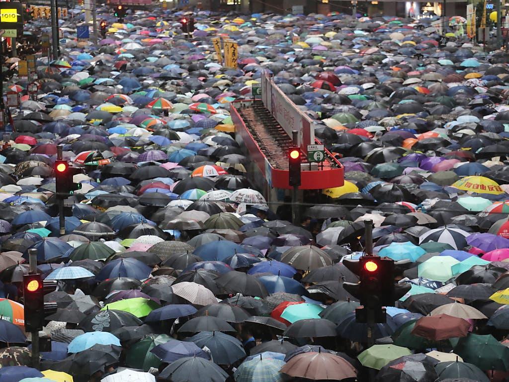 Erneut sind in Hongkong Hunderttausende von Menschen auf die Strasse gegangen, um gegen die pro-chinesische Regierung zu protestieren. (Bild: KEYSTONE/EPA/VIVEK PRAKASH)