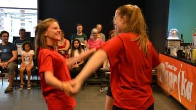 Bei der Eröffnung gab es immer wieder spontane Darbietungen des Theaters Paprika. (Bild: Yvonne Imbach, Kriens, 17. August 2019)