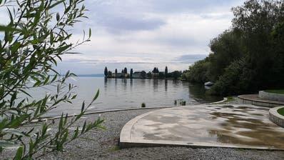 Gleich angrenzend an den Badeplatz soll der neue Hafen entstehen. (Bild: Martina Eggenberger)