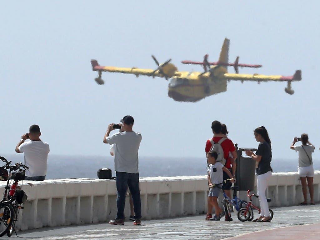 Löschflugzeuge tanken an der Küste Wasser, mit dem sie im Inselinnern die Brände bekämpfen. (Bild: KEYSTONE/EPA EFE/ELVIRA URQUIJO A.)