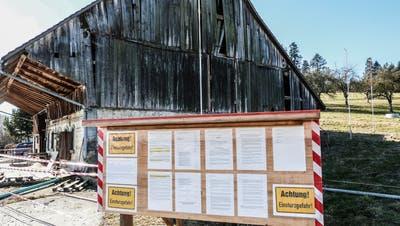 Vor der maroden Scheune bei Wittenwil führte der Bauherr im Februar unter anderem die 31 Namen der Einsprecher auf. (Bild: Kurt Lichtensteiger)