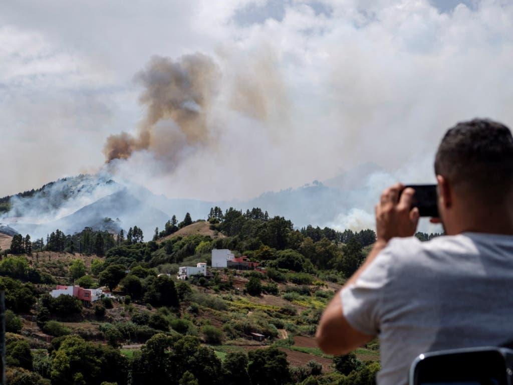 Feuer- statt Strandfotos: Auf der beliebten Ferieninsel Gran Canaria wüten grosse Waldbrände. (Bild: KEYSTONE/EPA EFE/ANGEL MEDINA G.)