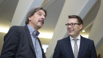 St.Galler Ständeräte unter sich: Benedikt Würth (CVP, rechts) blickt gelassener auf die Wahlen als Urgestein Paul Rechsteiner (SP). (Bild:KEYSTONE/Gian Ehrenzeller)