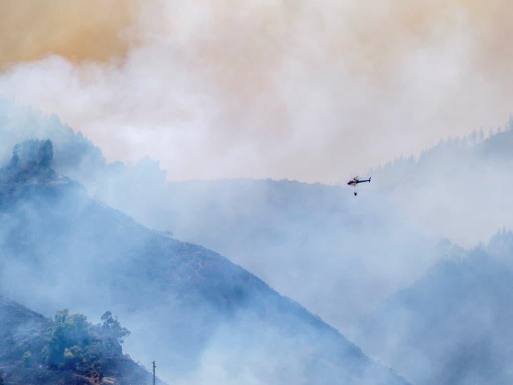 Rauch so weit das Auge reicht: Auf Gran Canaria kämpfen Feuerwehrleute schon wieder gegen Waldbrände. (Bild: KEYSTONE/EPA EFE/ANGEL MEDINA G.)