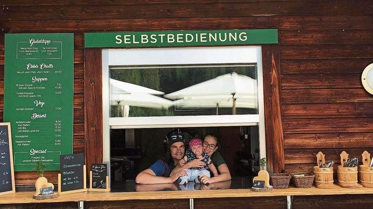 Von links: Heiko Hepperle, Töchterchen Frieda und Partnerin Corinna Melmer im Alpgädeli, das sich 300 Meter von der Bergstation der Gondelbahn Emmetten-Stockhütte entfernt befindet. Bild: PD