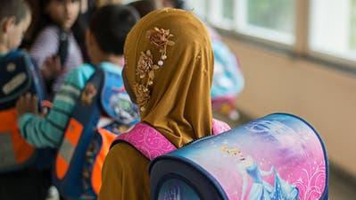 Kopfbedeckungen werden in Gossauer Schulzimmern nur akzeptiert, wenn sie aus religiösen Gründen getragen werden. Bild: Wolfram Kastl/DPA