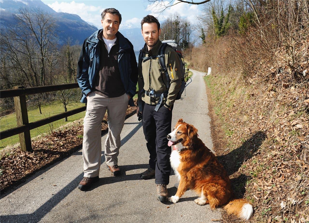 Gingen 2010 fürs Fernsehen gemeinsam über Stock und Stein: Nik Hartmann mit Schauspieler Stefan Gubser und seiner damaligen Hündin Jabba. (Bild: Paolo Foschini)