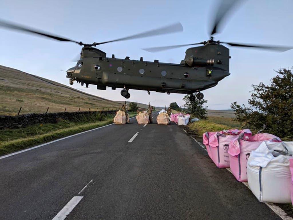 Die Royal Airforce fliegt Sandsäcke zum Damm: Ein Chinook-Lastenhelikopter beim Abheben in Whaley Bridge. (Bild: KEYSTONE/AP MOD/RAF BENSON)