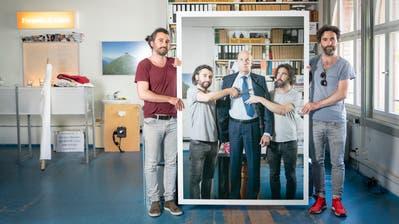 «Der schnelle Blick lässt unsere Arbeit missverstehen»: Frank und Patrik Riklin in ihrem Atelier in St.Gallen (mit Insektizid-Unternehmer Hans-Dietrich Reckhaus). (Bild: Ralph Ribi)