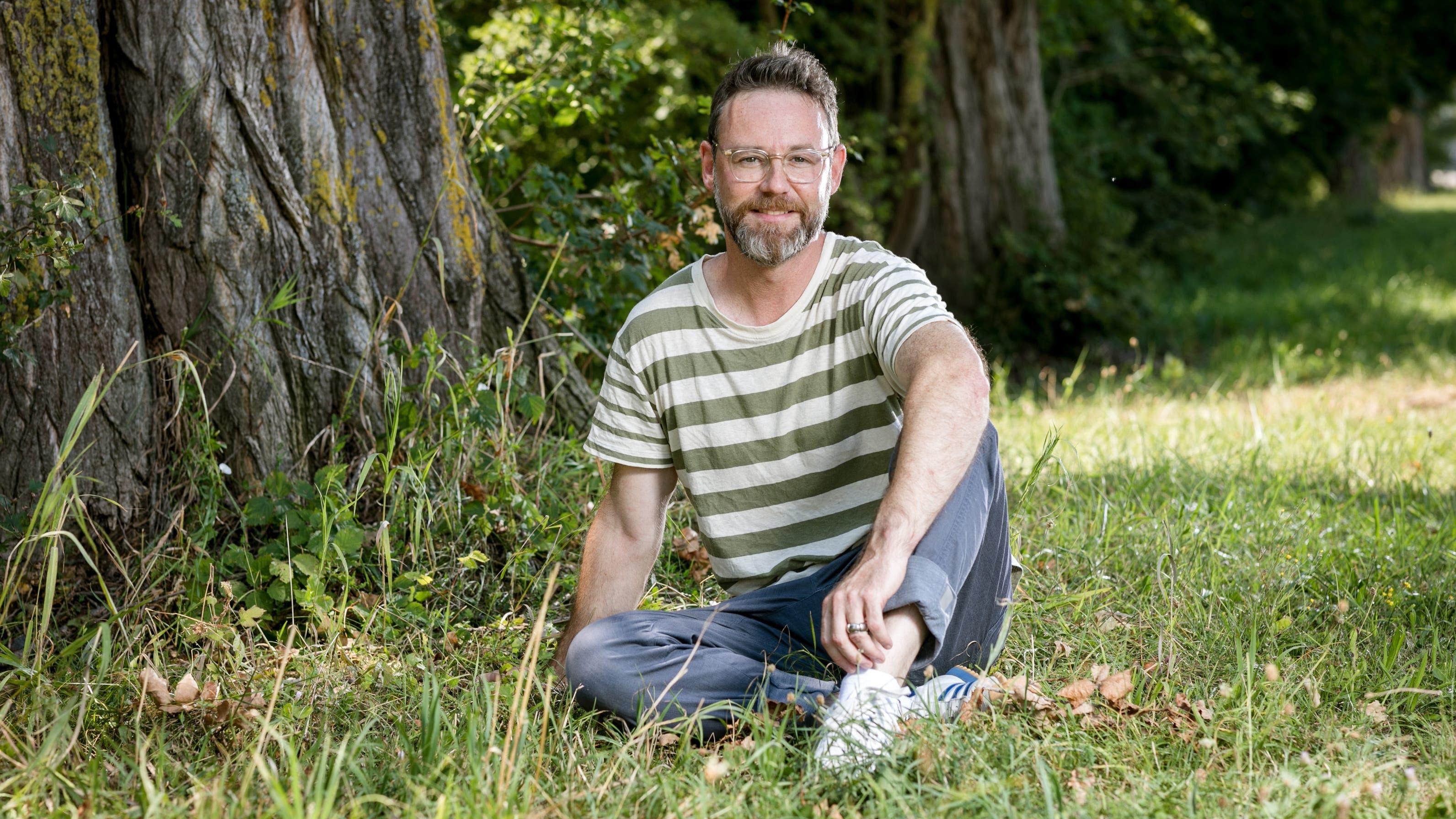 Fühlt sich in der Natur am wohlsten: Moderator Nik Hartmann auf einer Wiese wenige Schritte vom SRF-Hauptsitz in Zürich am Leutschenbach. (Bild: Sandra Ardizzone)