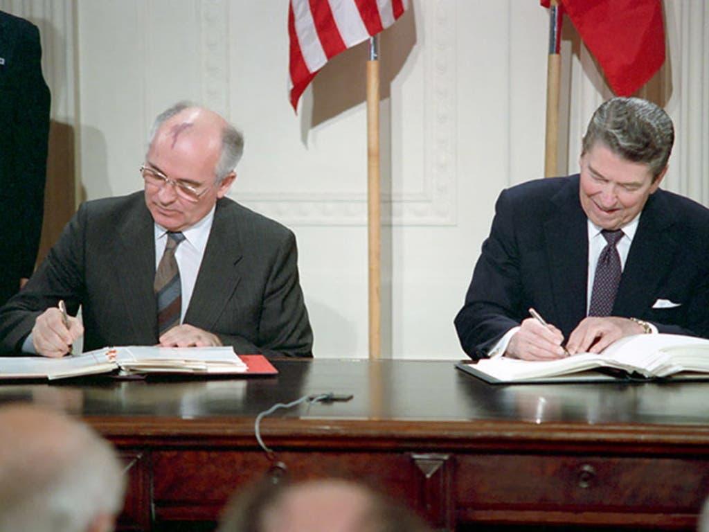 1987 wurde der Vertrag vom ehemaligen Sowjetpräsidenten Michail Gorbatschow (links) und dem ehemaligen US-Präsidenten Ronald Reagan signiert. (Bild: KEYSTONE/)