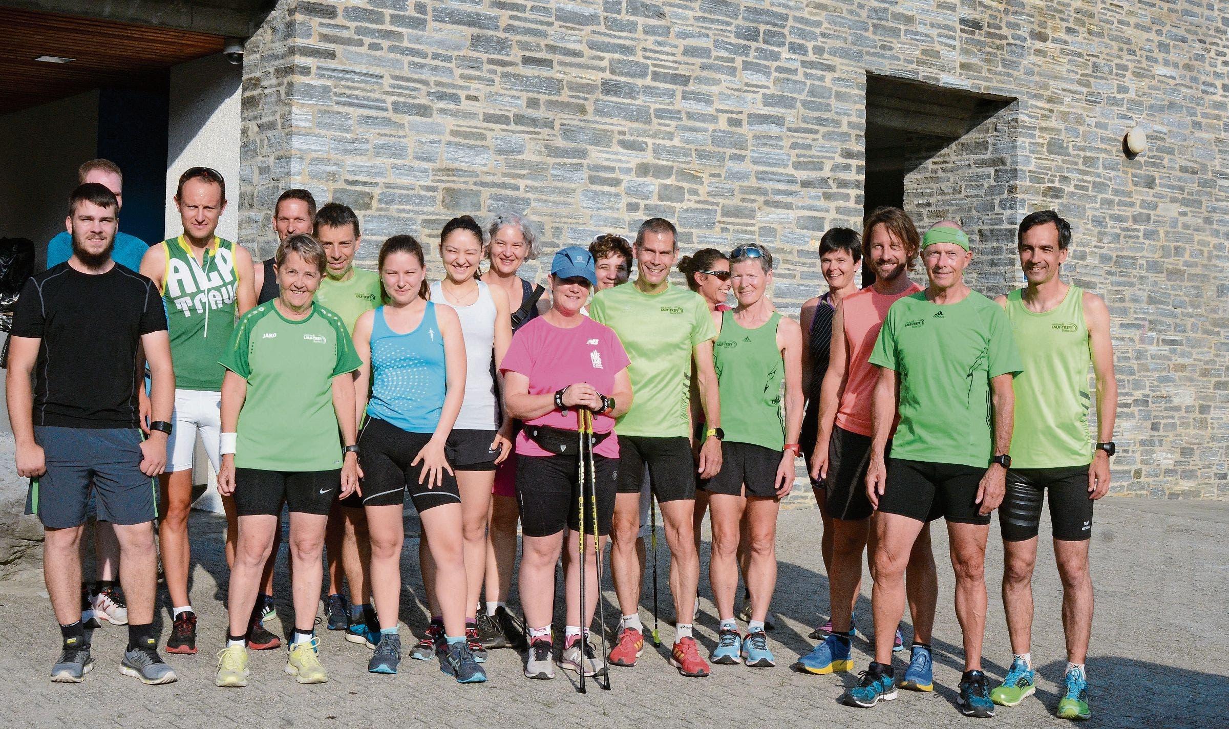 Die Walker und Läufer treffen sich vor dem Training beim Schulhaus Flös.Bilder: Bianca Helbling