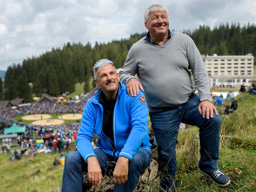 Die Schwingerkönige Harry Knüsel (links) und Arnold Ehrensberger posieren auf der Schwägalp. Knüsel ist der bislang einzige Schwingerkönig aus dem Innerschweizer Verband (Bild: KEYSTONE/GIAN EHRENZELLER)