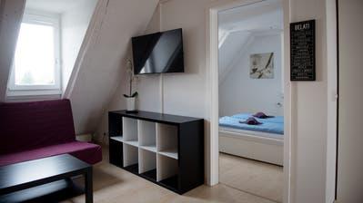 Hit Rental vermietet Wohnungen im alten Hotel Schiff in Luzern. Booking, Airbnb, Hotel, Touristen.  Bild: Corinne Glanzmann Luzern, 07. August 2019