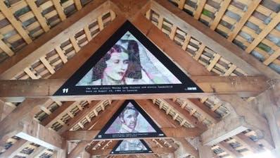 Drei der inzwischen wieder entfernten Bilder auf der Kapellbrücke. (Bild: Hugo Bischof, Luzern, 19. August 2019)