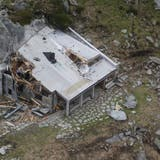 Zwei Gesteinsbrocken – einer links unten im Bild, der andere vor der Hütte – krachten auf das Dach des Berghauses. (Bild: PD/SAC Bodan)