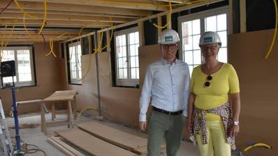 In der alten Gaststube des «Ochsens»: Silver-Ox-Projektleiter Andreas Schmid und Eigentümerin Eveline Herzer. (Bild: Thomas Güntert)