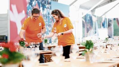 Marco Andermatt und Sarah Flühler fühlen sich in ihren Helfershirts sichtlich wohl. (Bild: Stefan Kaiser, Zug, 20. August 2019)