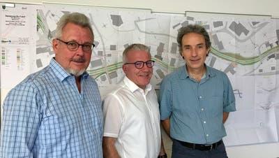 Markus Brühwiler (Variante A), Gemeindepräsident Roland Hardegger und Christoph Rüegg, Amberg Engineering AG (Variante B) (Bild: Andrea Häusler)