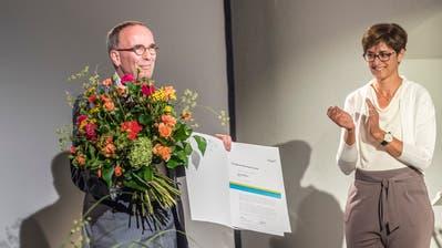 Der Thurgauer Kulturpreis 2019 geht an an Jossi Wieler. Regierungsrätin Monika Knill überreicht ihm die Urkunde. (Bilder: Andrea Stalder)
