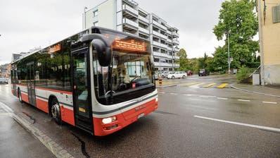 Abzweigung Walzmühlestrasse: Im Gegensatz zum 2er-Bus, der auch in Zukunft vorbeifährt, wird der 5er-Bus abbiegen. (Bild: Donato Caspari)
