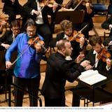 Gab seinen Einstand am Pult des Lucerne Festival Orchestra: der kanadische Dirigent Yannick Nézet-Séguin. Neben ihm der Violinist Leonidas Kavakos. (Bild: Peter Fischli/Lucerne Festival)