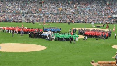 Die Teilverbände beim Einmarsch am Samstagmorgen. Im Vordergrund stehen die grün gekleideten Nordostschweizer. (Bild: Beat Lanzendorfer)