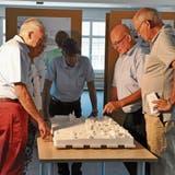 André Meyer (zweiter von rechts) stellt am Modell die Pläne fürs «Wohnen zur alten Weberei» vor. (Bild: Sabine Camedda)