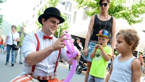 Für die Kleinen gibt es auch Ballontierchen vom Strassenclown. (Bild: Hansruedi Rohrer)
