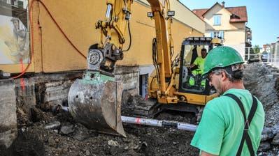 Mitarbeiter der Lommiser Ed.Vetter AG heben den künftigen Zugang zum Sirnacher Jugendtreff aus. (Bild: Olaf Kühne)